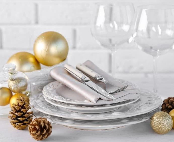 white plates with napkins for christmas